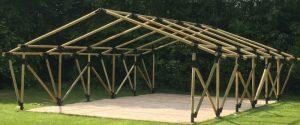 het houten frame van de tent is volledig opgebpuwd