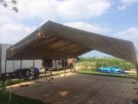 de opbouw van vlonder en het dak van de safaritent