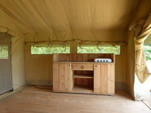inrichting safaritent keuken opgesteld in het keukengedeelte
