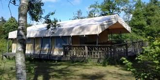 safaritent op verhoogde vlonder op camping